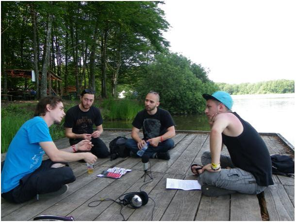 De gauche à droite : Thibault – batterie, Jordan – guitare, Pierre André – machiniste, Anthony – Peuple du Rock. © Gwendoline Bonnin