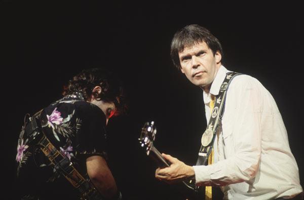 Nils Lofgren (de dos) et Neil Young à Wembley en septembre 1982