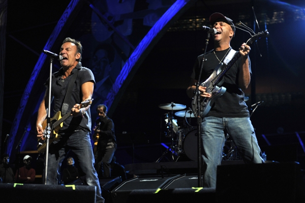 Bruce Springsteen et Tom Morello en concert en 2009. Crédits photos : Kevin Mazue/Wirelimage