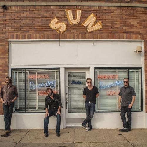 Corb Lund et son groupe devant les studios Sun à Memphis en décembre 2013. © Fish Griwkowsky