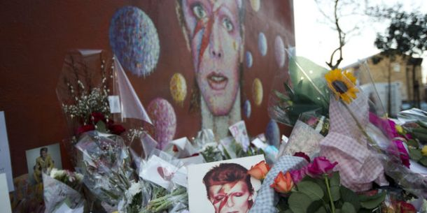 4845752_3_fd85_tributes-lie-beside-a-mural-of-british-singer_e642779751ee2dc7cca67ff418ebec25